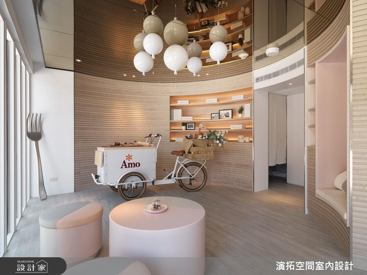 鏡面天花化解低矮結構、聯通室內外之景,學院內的人文浪漫咖啡館