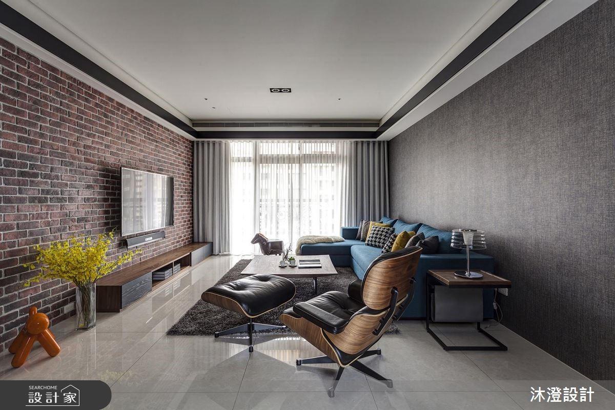 紅磚牆 X 藍沙發跳色美學!品味不出錯的現代風大宅