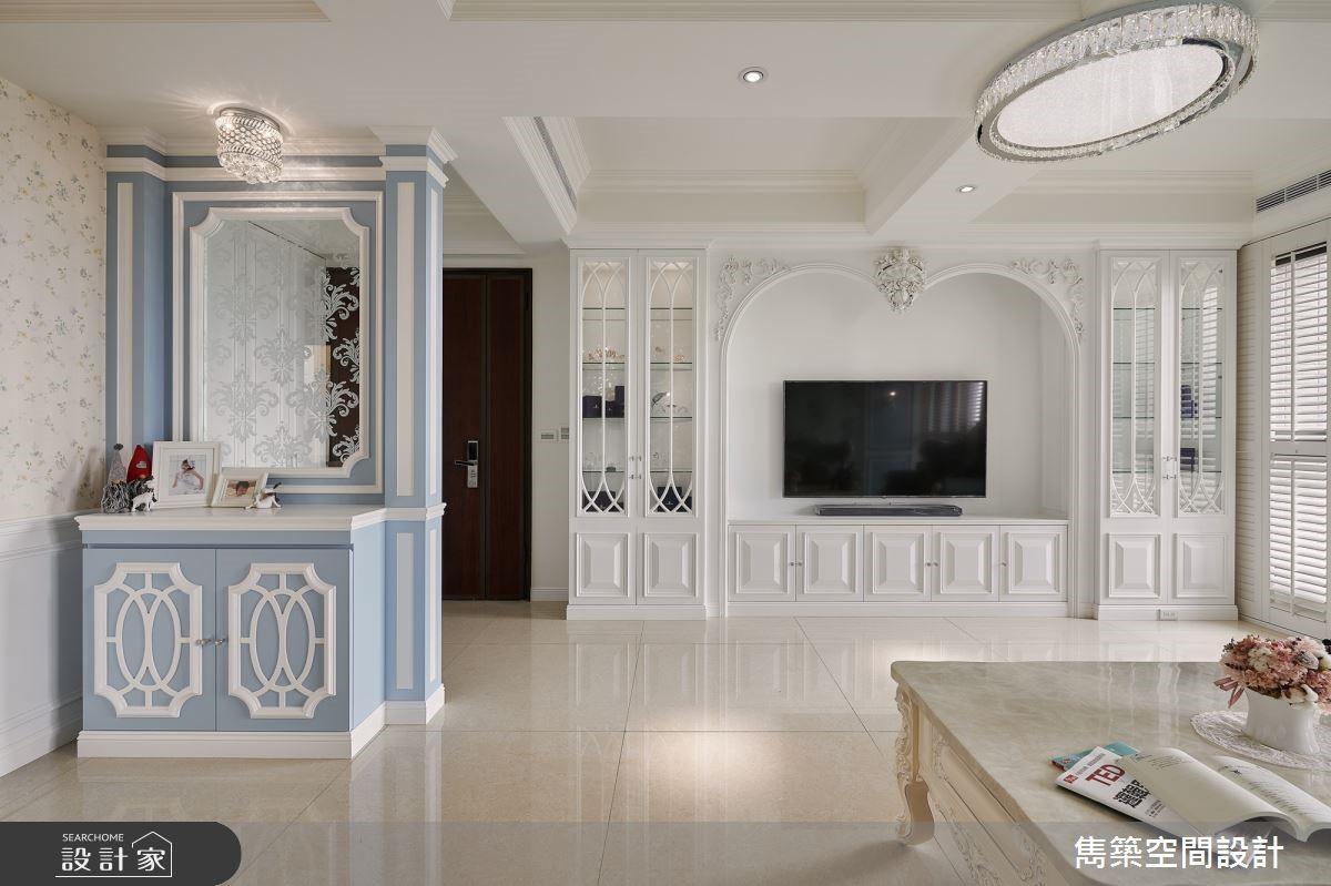 渲染灰藍色的輕柔雅緻,白線板、白百葉窗交織浪漫滿點的美式鄉村宅