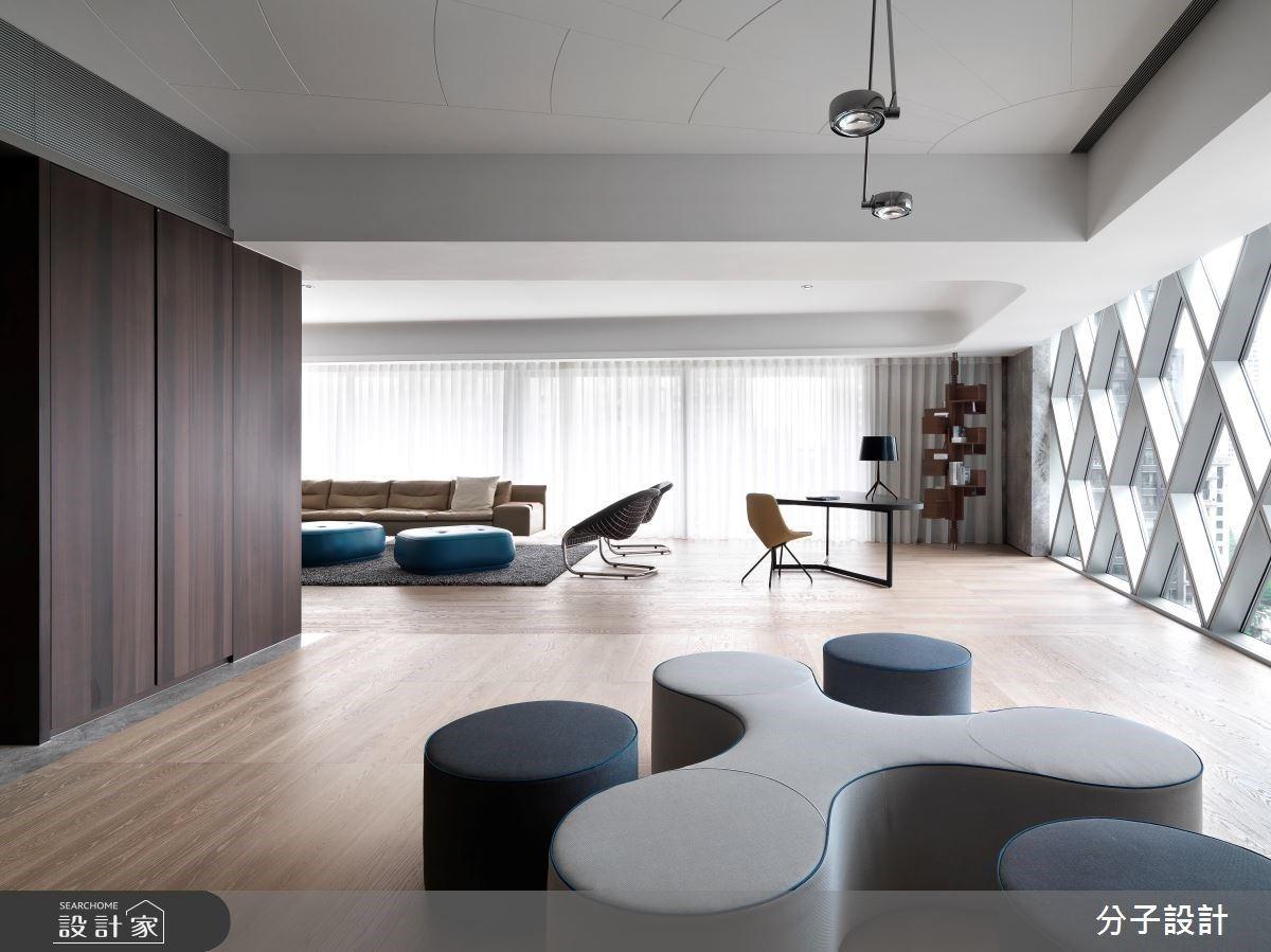 霽朗日光灑落百坪質感私宅,在極簡中配置經典設計家具,找到專屬高端品味