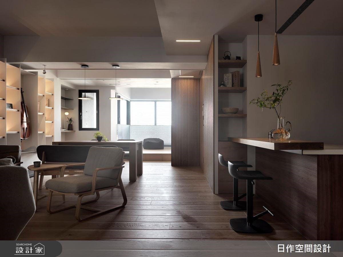 客廳「一桌二椅」沒有沙發也很溫馨,日式白系暖木格柵 25 坪居家