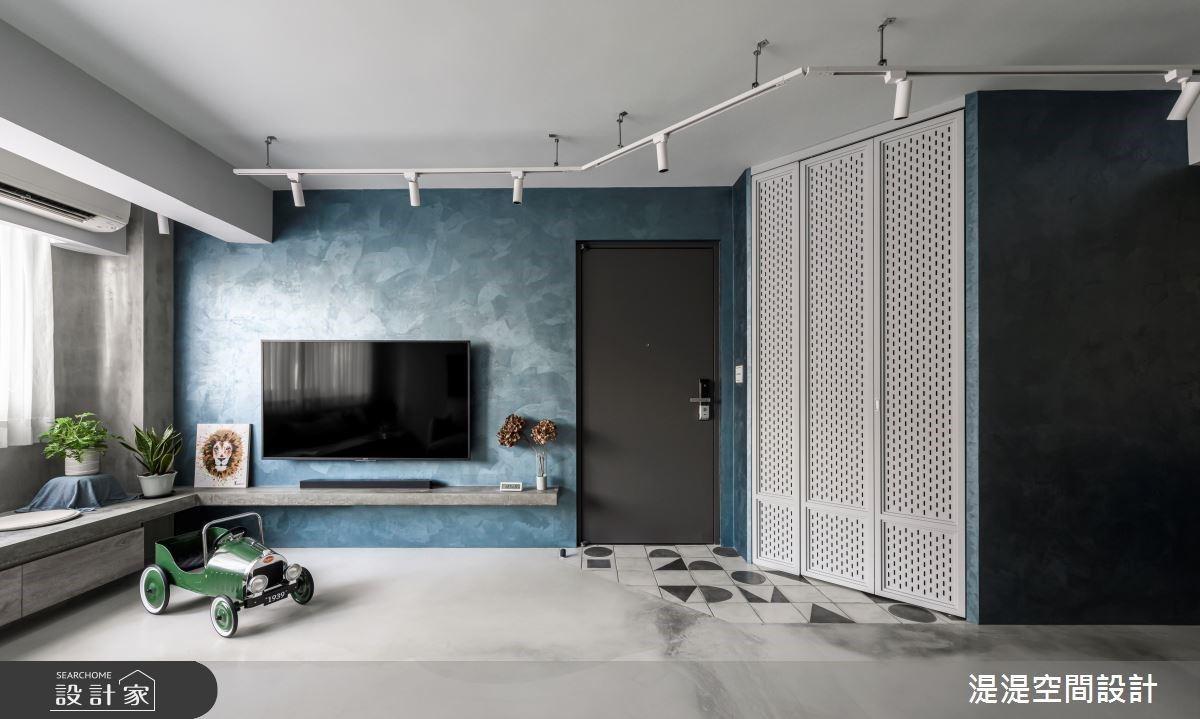 玄關設計一個獨立「鞋櫃室」?湛藍水泥灰 + 白色軌道燈,個性美宅渲染暖心日光宅!