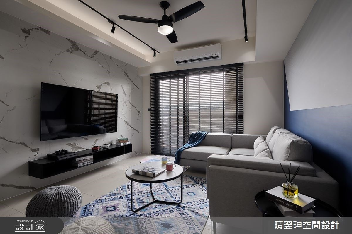 我與湛藍的三房兩廳有約!18 坪工業風小宅營造觀影、微醺的儀式感
