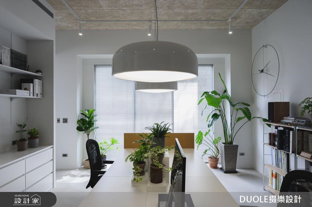 在中島吧台與陽光餐桌辦公!水磨石與綠色植形塑讓員工有歸屬感的質感工業風