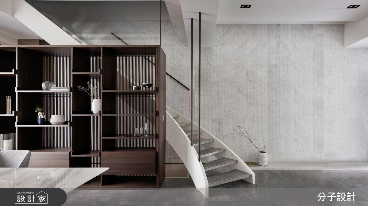 弧形樓梯、格柵收納、玻璃拉門引入唯美光影!現代風透天別墅地下室一起告別陰暗