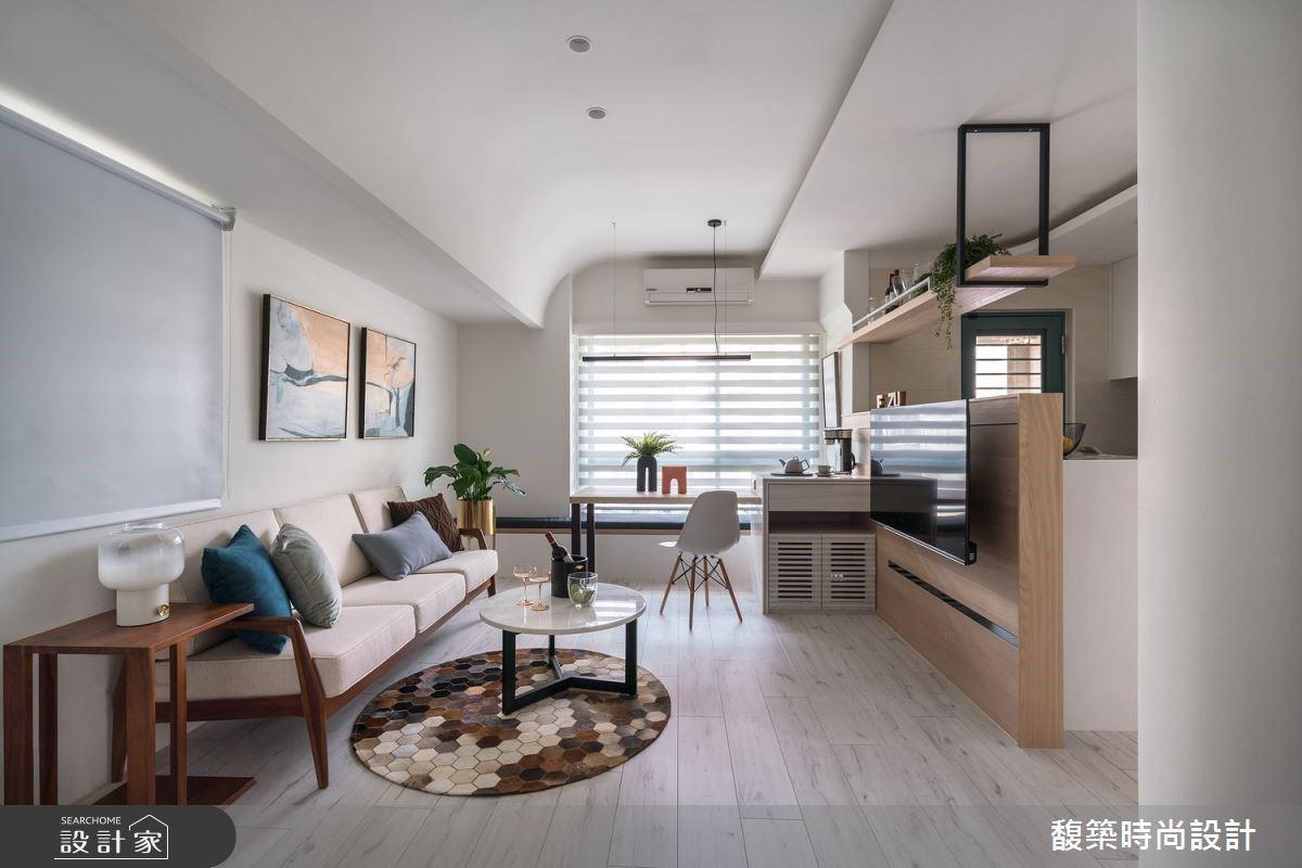 半高電視牆為小坪數解套!15 坪簡約風小宅坐擁廚房中島與陽光咖啡吧