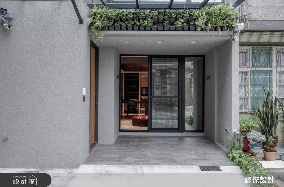 開一座天井把陽光、空氣與綠意帶入生活裡!在透天別墅裡感受陽光普照與自然風吹拂