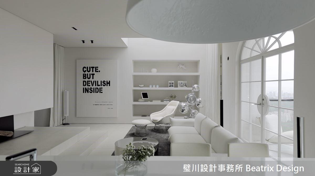 設計師自宅開箱!用白色續寫「回家」的儀式感,讓天井的光與幾何韻律翻新現代風樓中樓