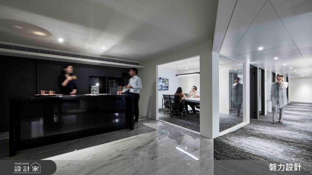 窗景和陽光替上班添加活力!玻璃隔間與石材把老屋翻新成現代風時髦商辦