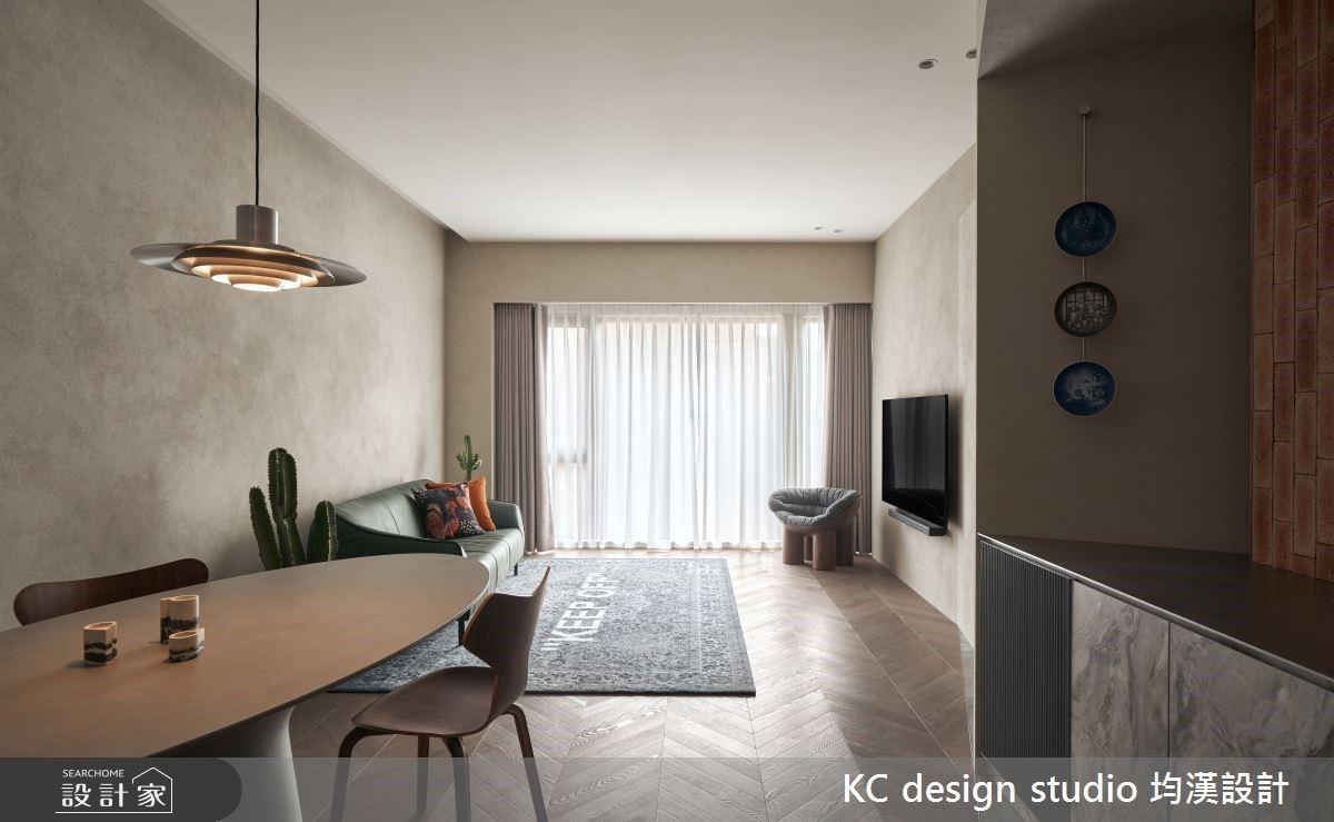 打破軸線,格局更多元!20 坪親子宅擁有陶磚吧台、更衣室的高機能