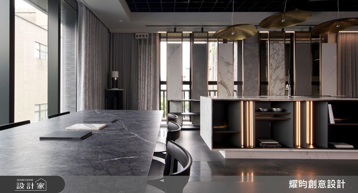 廚房中島可以這樣玩!重點式陳列石材,打破你的空間印象