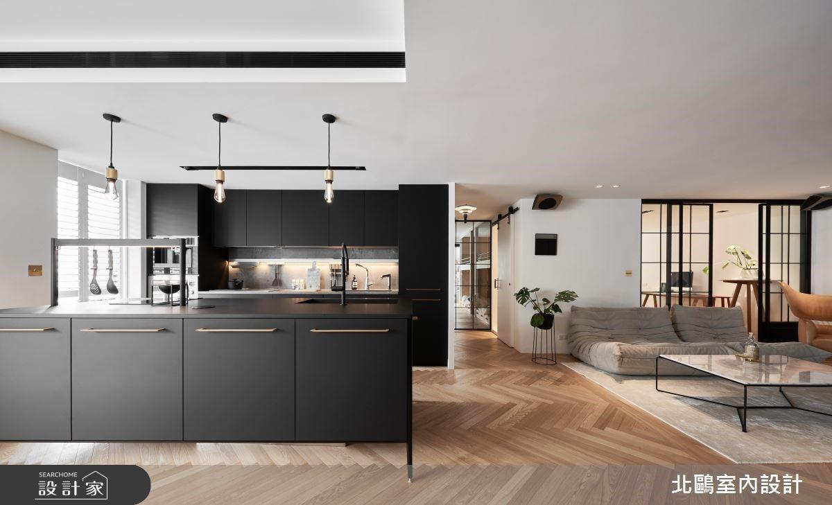 中島廚房升級更有型!北歐風老屋擁有機能雙面牆、個性餐櫃