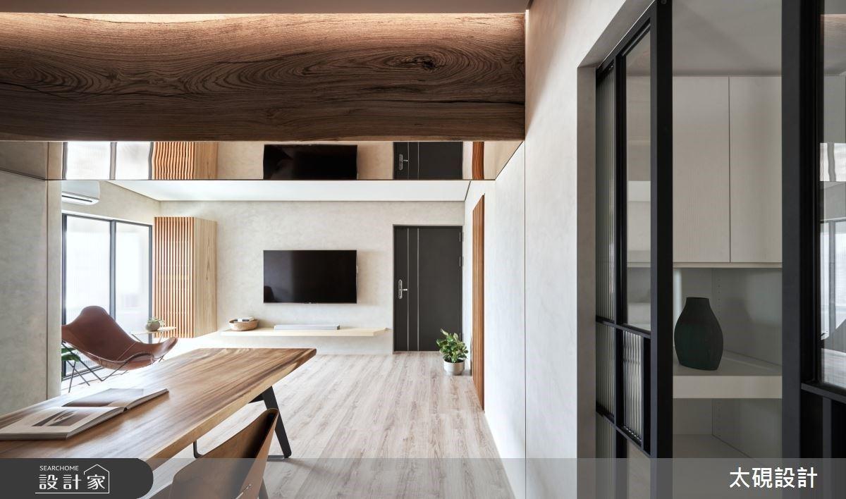 老屋矮梁不再躲藏!極簡化客廳與收納,退休宅滿足仨人的想像