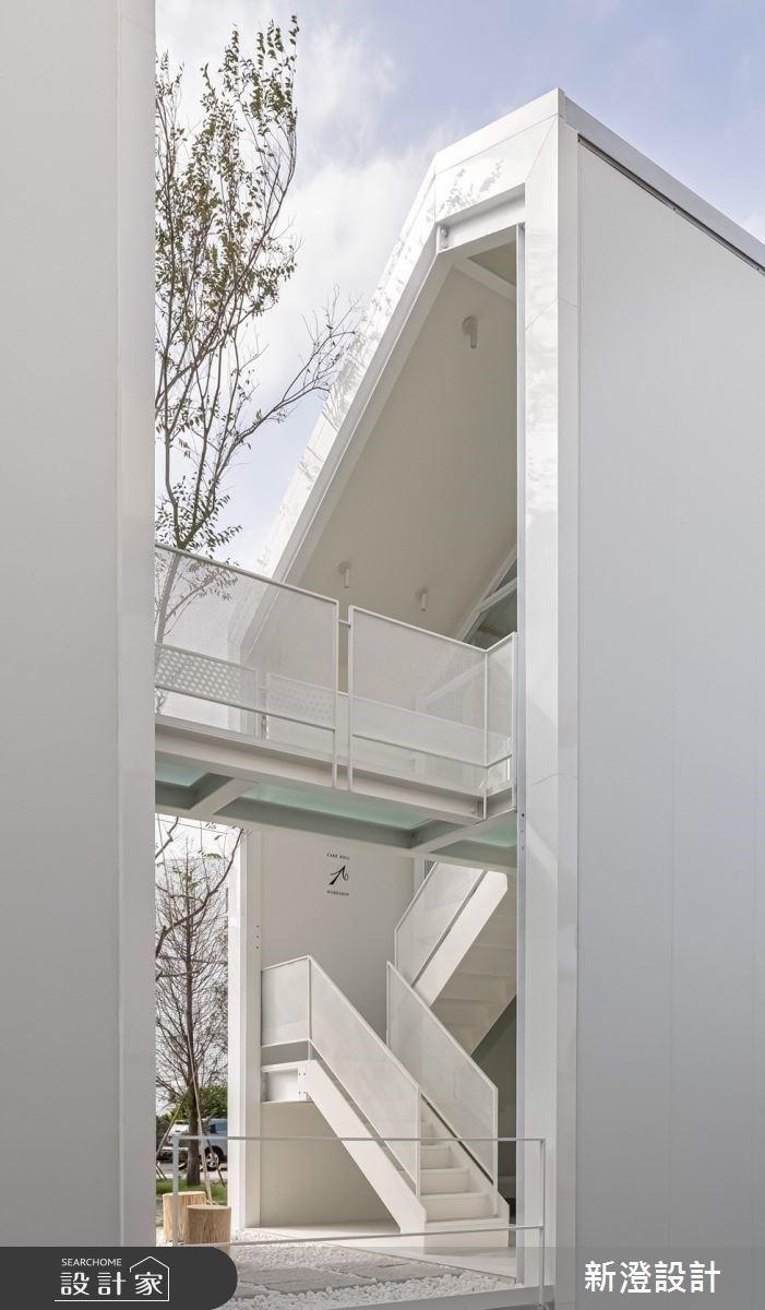 白色鐵件與水磨石共築的現代獨棟光宅,乘著天空步道享受咖啡與蛋糕香!