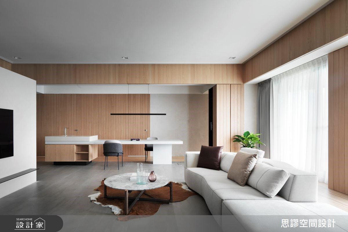 看不膩的簡約設計!電視牆後隱藏儲藏室+客廳配置機能中島,打造自然木系毛胚屋