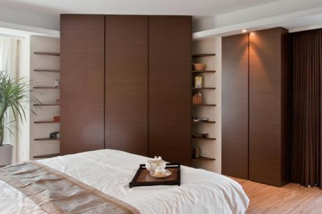 臥房的木衣櫥、木床頭櫃設計