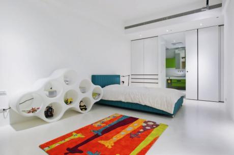 以木質、亮色為質感高科技宅增添暖意